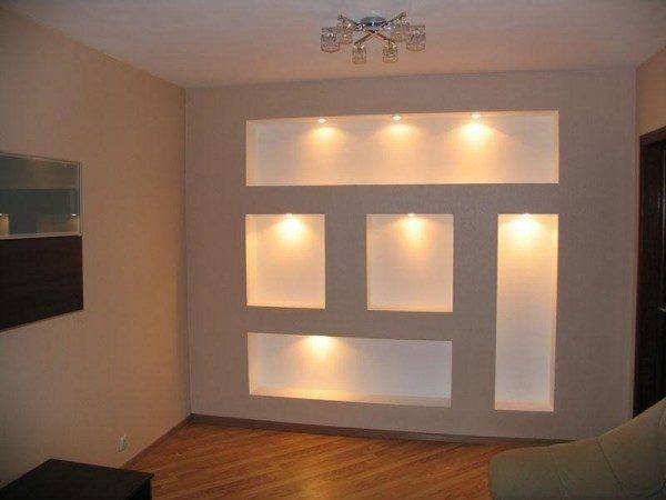 В них часто встраивают и точечные светильники для вечерней подсветки