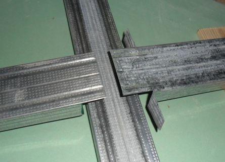 В одном случае крепление производится сверху, в другом можно дополнительно зафиксировать и стороны