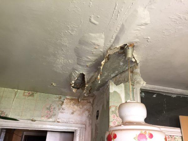 В особо запущенных случаях протечка крыши снижает прочность перекрытия, а потому не стоит откладывать ремонт на потом