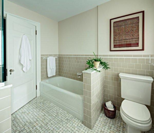 В отделке ванной комнаты использованы кафельная плитка и водно-дисперсионная краска.