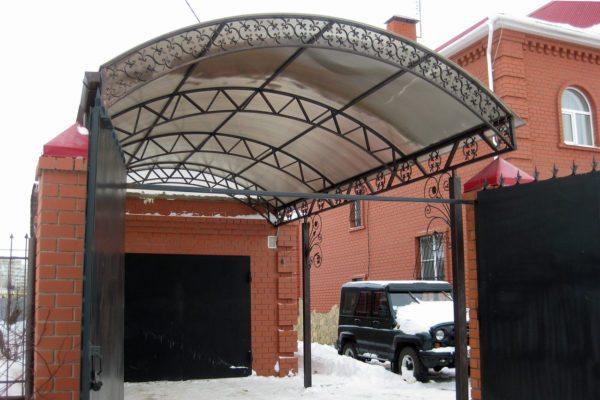 В отличие от капитального строения, навес может вплотную примыкать к забору или располагаться перед гаражом