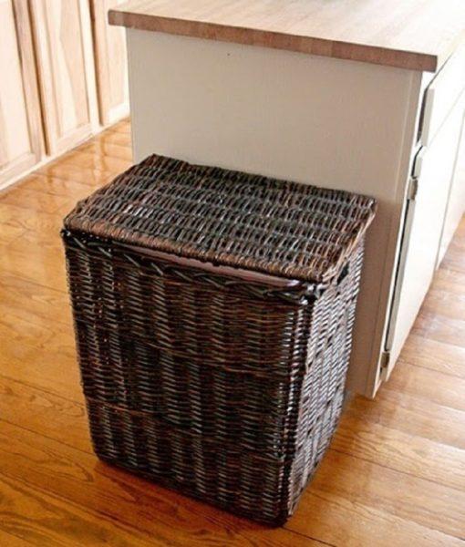 В плетеной корзине замаскирована мусорка