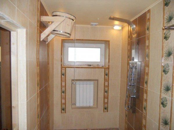 В подвесном потолке должна быть вентиляционная решетка, чтобы на его обратной стороне не скапливался конденсат