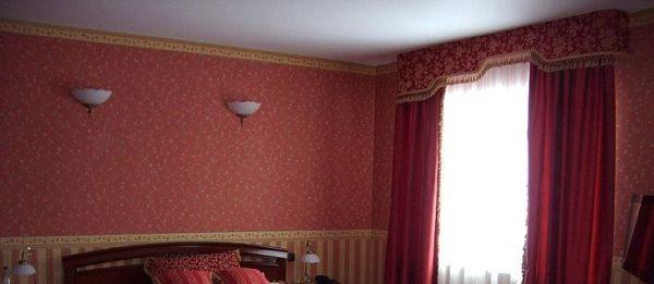 В помещениях с низкими потолками лучше использовать узкие ленты