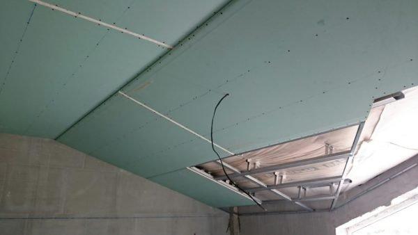 В последнюю очередь крыша изнутри обшивается облицовочным материалом.