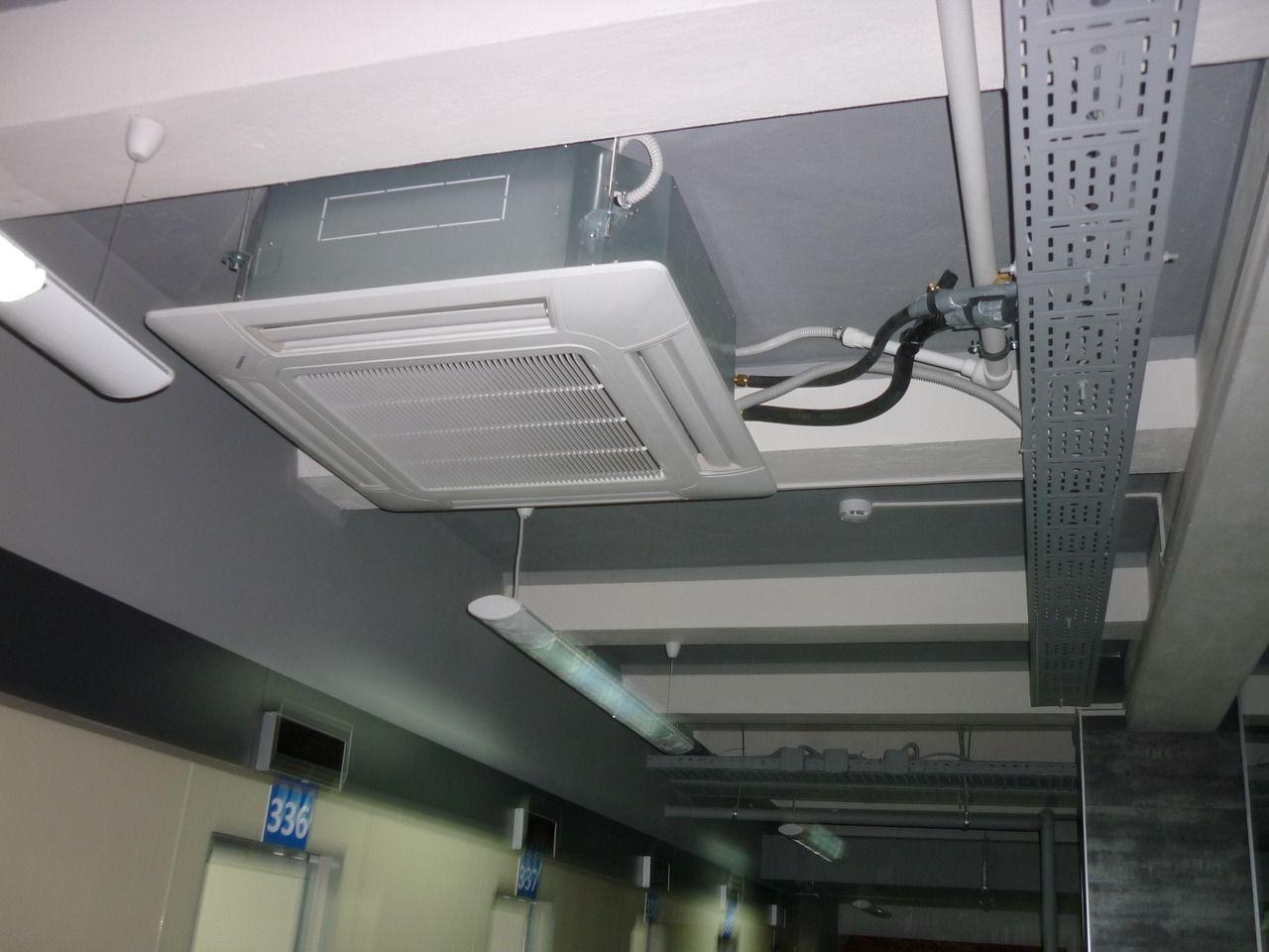 В потолочном блоке кассетного кондиционера имеется встроенный вентилятор.
