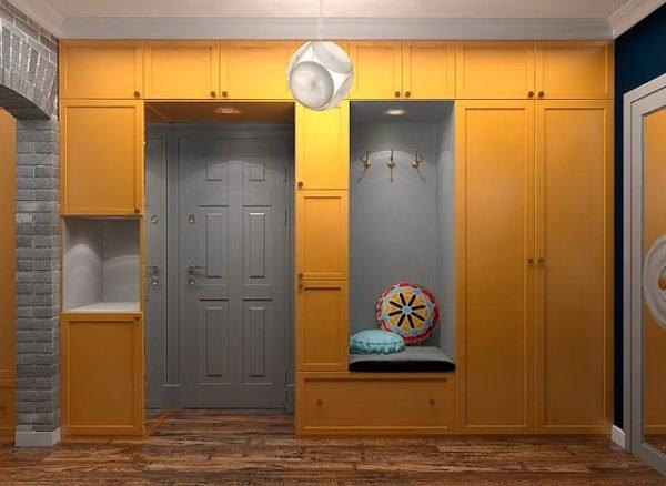 В прихожей не стоит увлекаться открытыми стеллажами, максимум пара крючков, основной гардероб прячется за дверями.