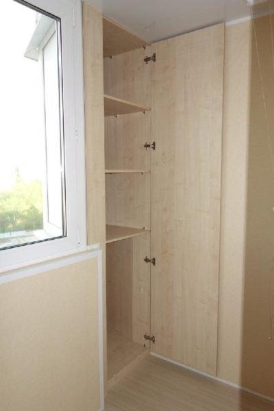 В проекте П44 балконный шкаф делается одностворчатым с распашной дверью.