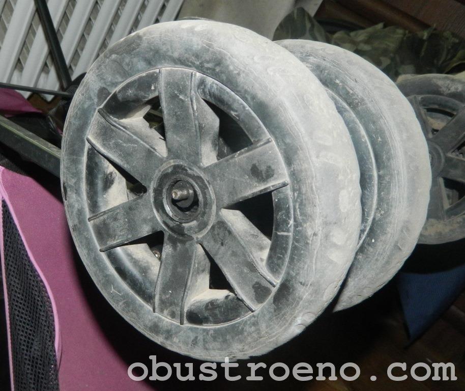 В результате износа втулки колесо просто сваливается с оси