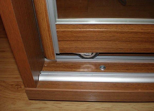В шкафах купе важно поддерживать чистоту внутри направляющих профилей.