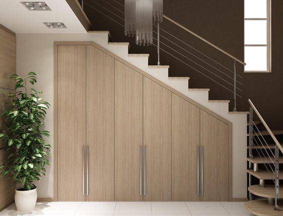 В шкафах под лестницей створки распашных дверей желательно делать узкими, так они будут гармонировать со ступенчатой конструкцией сверху.