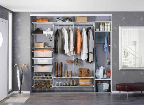 В шкафу, установленном в коридоре, можно хранить пылесос и средства для уборки квартиры