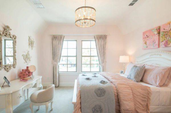 В спальню можно смело впустить светлый персиковый, модный розовый и уютный бежевый