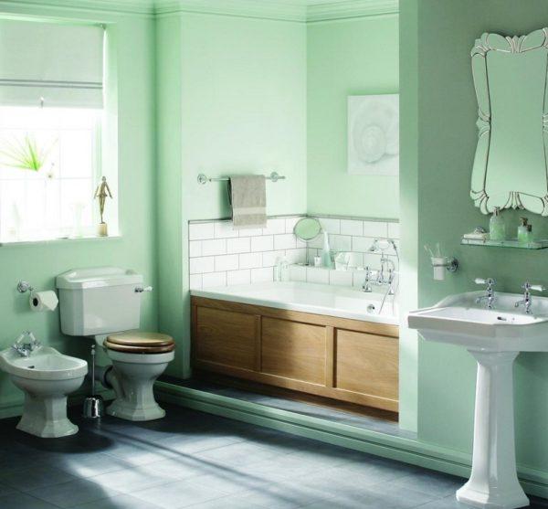 В ванной комнате стены необходимо покрывать влагостойкой краской.