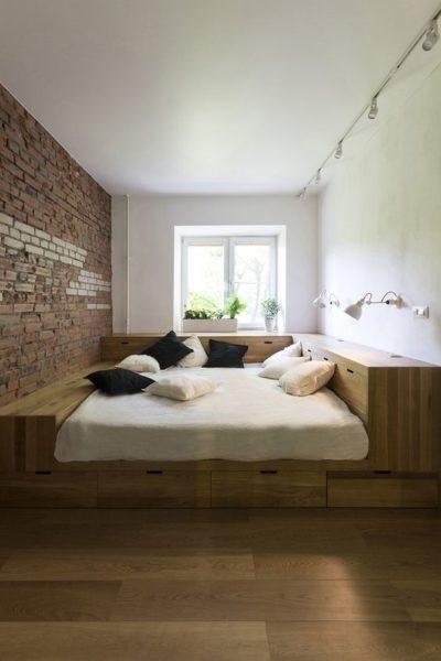 В зависимости от размеров комнаты кровать можно оборудовать многочисленными полками и шкафами, которые будут обеспечивать функциональность