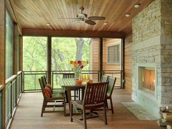 Вагонка отлично сочетается с деревянной мебелью, полом и уютным камином