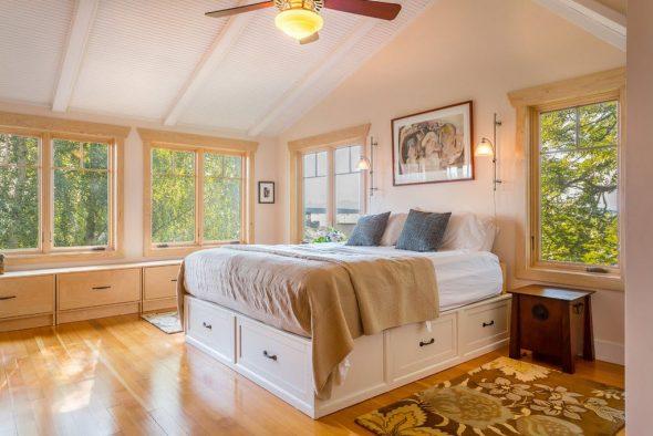 Вдвижные ящики создают высокий подиум для спального ложа