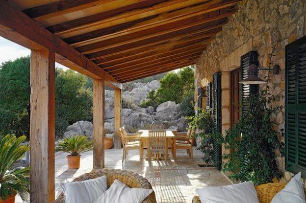 Великолепное сочетание с каменным полом, деревянными жалюзи и плетеной мебелью