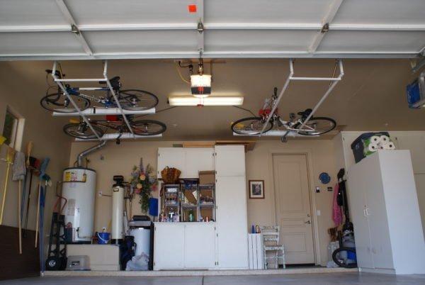 Велосипеды под потолком совсем не занимают полезное пространство.