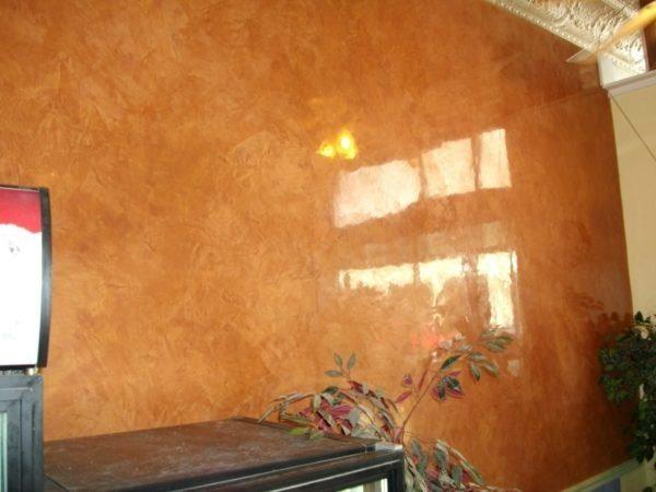 Венецианская декоративная штукатурка может иметь глянцевую поверхность, имитирующую мрамор