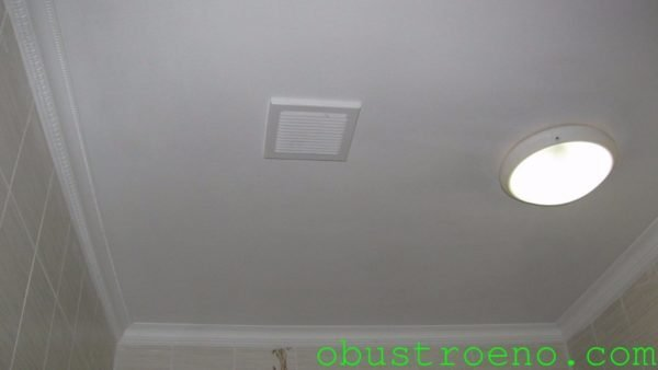 Вентиляционная решетка обеспечивает циркуляцию воздуха между подвесным потолком и железобетонным плитным перекрытием.