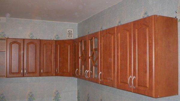 Верхний блок кухонных шкафчиков при желании монтируется за несколько часов.