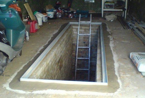 Вход в подвал обычно делается из смотровой ямы