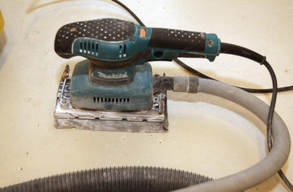 Вибрационная шлифмашинка с шлифовальной сеткой.