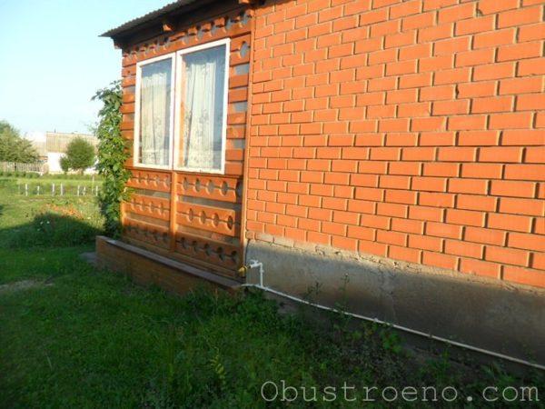 Вид со двора. Стены внутри закрыты прозрачным поликарбонатом