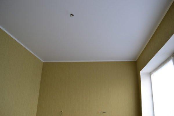 Виниловое натяжное полотно может выглядеть также, как хорошо оштукатуренный и покрашенный потолок