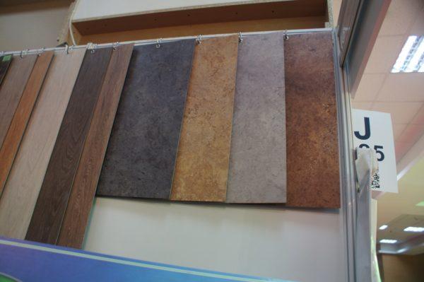 Виниловое покрытие можно приобрести под оникс, дерево и другие натуральные материалы