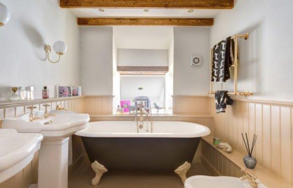 Влагоустойчивые материалы более практичны, ведь их можно использовать в любой комнате