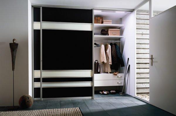 Вместительная система хранения с раздвижными дверями идеально впишется в прихожую.