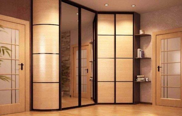 Вместительный шкаф, дополненный полукруглыми полками.