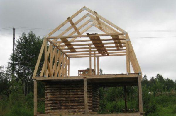 Вместо того чтобы строить капитальный второй этаж, можно обойтись устройством мансардной крыши