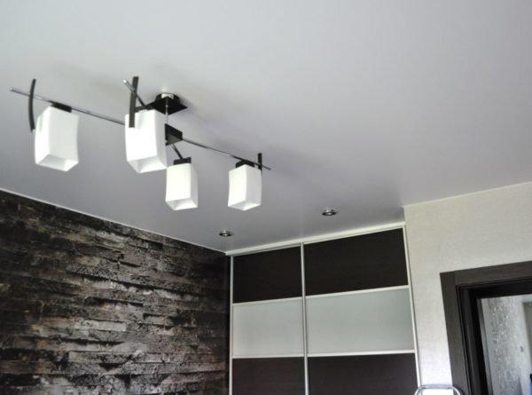 Внешний вид сатинового потолка зависит от освещения