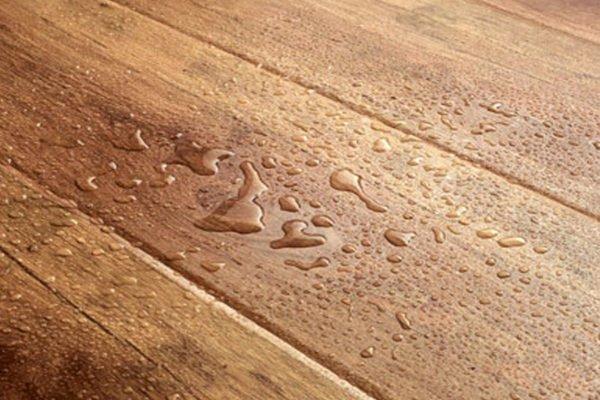 Вода — частое явление на кухонном полу. Покрытие не должно её бояться