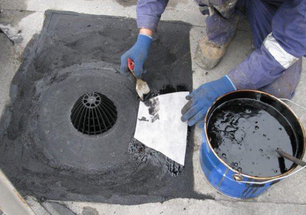 Водоприемник собирает воду с кровли и передает ее в сливные трубы.