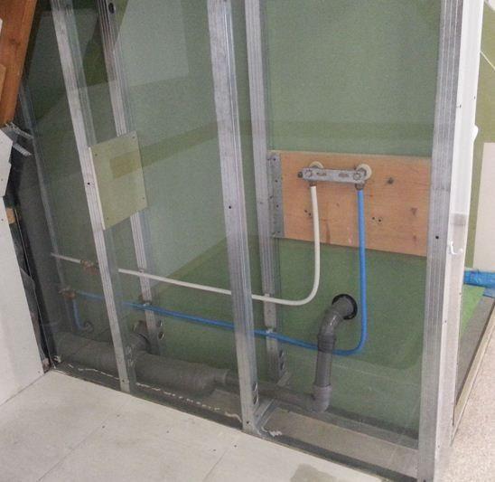Водопровод и канализация разведены внутри каркаса перегородки.
