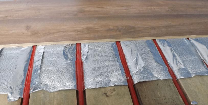 Водяное отопление можно уложить на деревянный пол