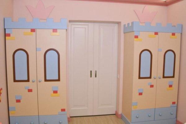 Вокруг двери лучше ставить закрытый детский гарнитур.