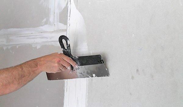 Вот так удобнее всего держать шпатель при нанесении состава на плоские участки