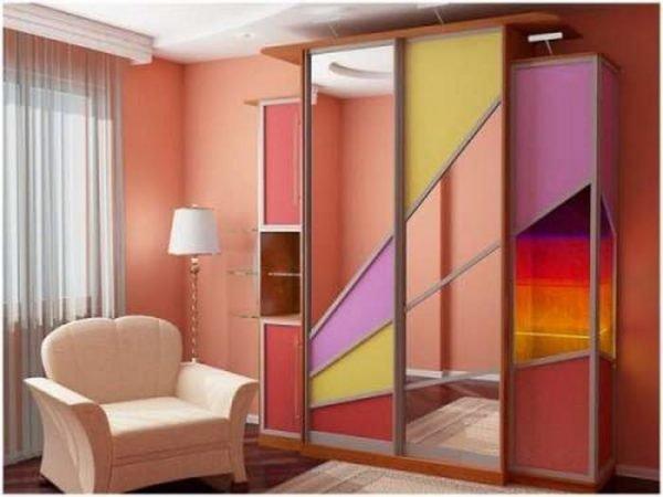Все чаще используют цветные/тонированные зеркала и применяют различные декорирующие приёмы.