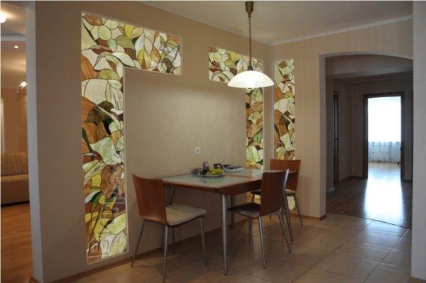 Вставки из стекла и «прицельное» освещение обособляют обеденную зону