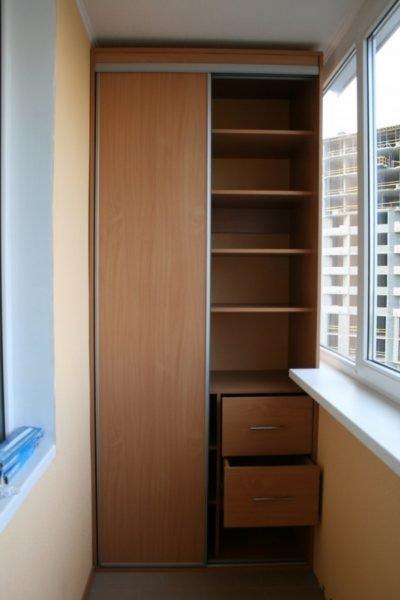 Встроенная мебель как нельзя лучше подходит для балкона или лоджии.