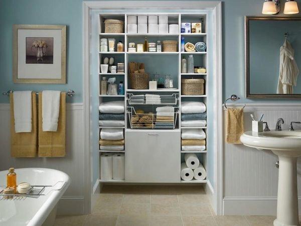 Встроенные и раздвижные шкафы сделают интерьер ванной комнаты намного уютнее