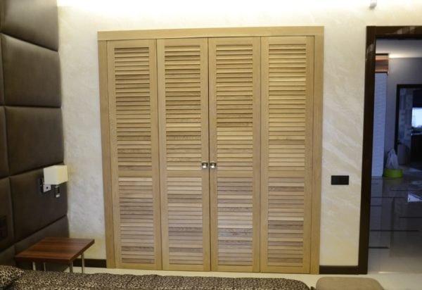 Встроенный шкаф оборудован распашными дверками