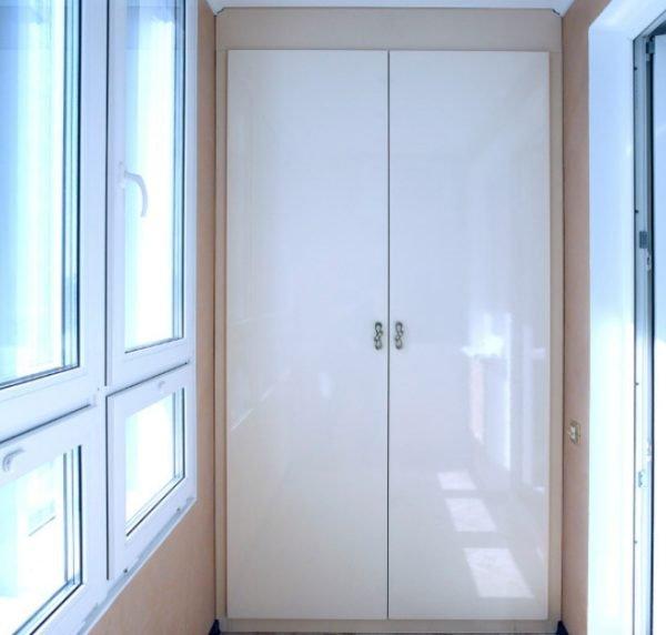 Встроенный вариант хорошо подходит для торцевых стен в узких помещениях — прихожих, балконах и лоджиях
