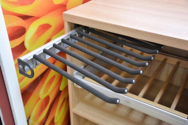 Выдвижные устройства для ремней/галстуков и реечные полки комфортны для хранения