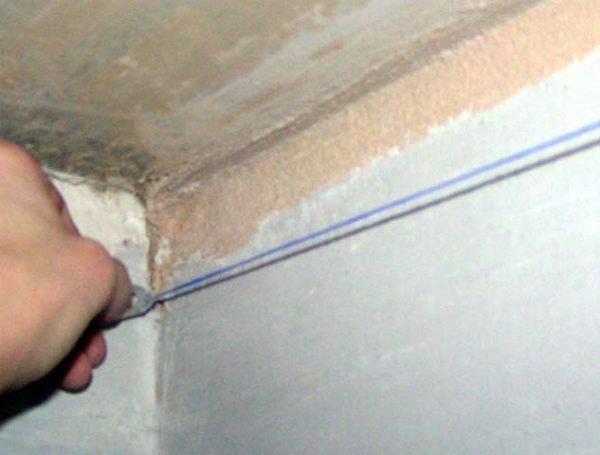 Выполнение линии уровня потолка малярным шнуром